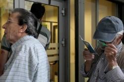 Pensionati in un ufficio postale