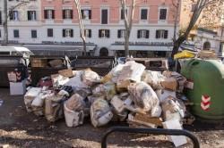 Cumuli di rifiuti davanti ai cassonetti a Roma