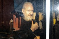 Assange e la difesa dei 5 stelle