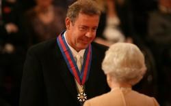 Kim Darroch al cospetto di Elisabetta II