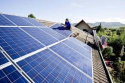 Un impianto fotovoltaico sul tetto di una casa