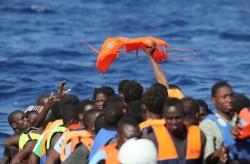 Migranti alla deriva su un barcone