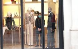 Un negozio a Milano ai tempi del coronavirus