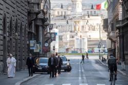 Papa Francesco a piedi per le vie di di Roma