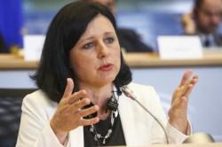 Jourová (Ue): C'è un attacco sistemico a colpi di disinformazione