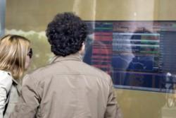 Una coppia consulta gli indici azionari