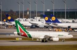 Un airbus Alitalia e velivoli Lufthansa