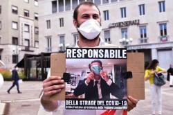 Una protesta contro Fontana per la gestione Covid