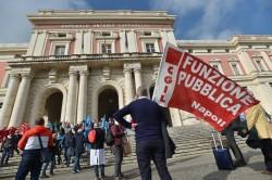 Un presidio dei sindacati dei lavoratori pubblici