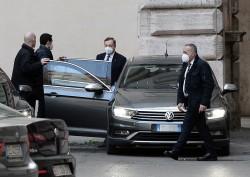 Mario Draghi sale in auto