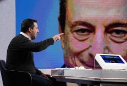 Matteo Salvini. Sullo sfondo, Mario Draghi