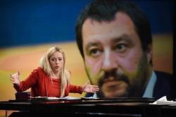 Giorgia Meloni. Sullo sfondo Matteo Salvini