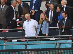 Boris Johnson assiste a un match degli Europei